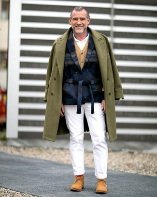 How to Wear a White Polo After 60 For Men: If you're scouting for an off-duty and at the same time seriously stylish look, choose a white polo and white chinos. A pair of tan suede desert boots effortlesslly steps up the style factor of any ensemble.