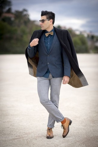 Look the best you possibly can in a Gucci men's Navy Textured Wool Two Button Blazer and grey wool dress pants. Smarten up your getup with tan leather oxford shoes. When it comes to dressing for autumn, nothing beats a knockout outfit that can take you from season to season.