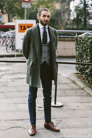 How to Wear Brown Leather Oxford Shoes: Rock a dark green overcoat with navy dress pants for a truly dapper outfit. A pair of brown leather oxford shoes looks perfect finishing off your look.