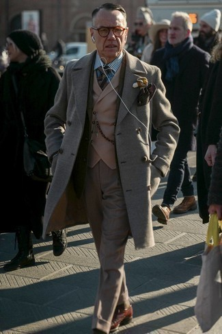 Olive Check Wool Blazer Outfits For Men: Channel your inner Kingsman agent and team an olive check wool blazer with khaki dress pants. On the shoe front, this outfit pairs nicely with brown leather brogues.