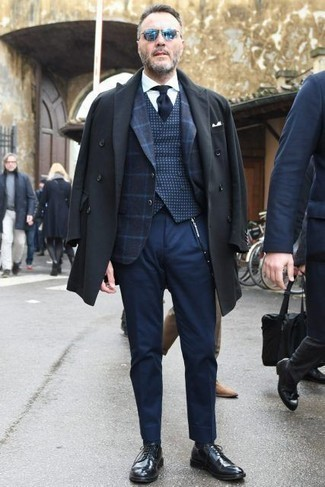 Navy Tie Outfits For Men: When it comes to high-octane dapper style, this combo of a charcoal overcoat and a navy tie never disappoints. Wondering how to round off? Introduce black leather derby shoes to the mix for a more casual touch.
