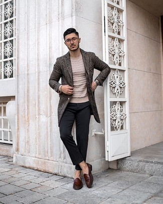Beige Crew-neck Sweater Outfits For Men: Such items as a beige crew-neck sweater and black chinos are an easy way to introduce understated dapperness into your off-duty styling rotation. Step up your ensemble by slipping into brown leather loafers.