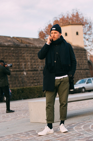 How to Wear Olive Chinos: A black overcoat and olive chinos matched together are a wonderful match. Puzzled as to how to finish off? Complete this ensemble with white low top sneakers for a more relaxed spin.