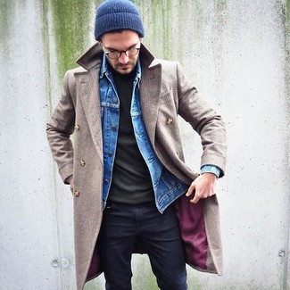 For a nothing less than incredibly stylish outfit, marry a beige overcoat with a navy beanie. Can you see how super easy it is to look dapper and stay cozy come colder days, all thanks to getups like this one?