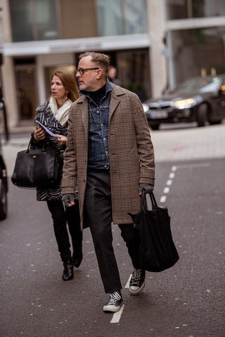 Turtleneck Outfits For Men: You'll be surprised at how easy it is for any man to get dressed like this. Just a turtleneck and dark brown chinos. Why not take a more relaxed approach with shoes and complete this look with black and white canvas high top sneakers?