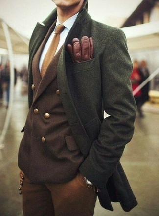 How to Wear Dark Brown Dress Pants For Men: Go all out in an olive overcoat and dark brown dress pants.