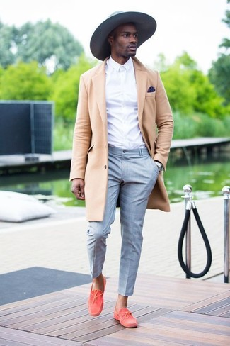 This combination of a beige overcoat and grey plaid dress pants is the picture of elegance. Boat shoes are the right shoes here to get you noticed. We're loving that this combination is great come warmer days.