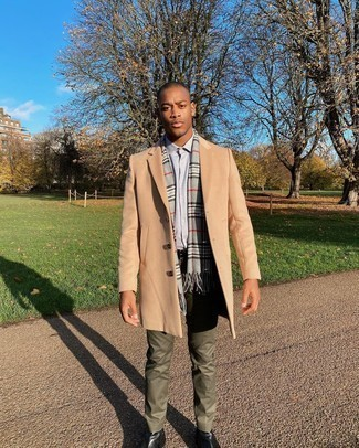 Black Leather Chelsea Boots Outfits For Men: Combining a camel overcoat and olive dress pants will cement your styling expertise. Black leather chelsea boots will bring a laid-back vibe to an otherwise dressy outfit.