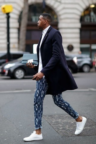 How to Wear Navy Print Chinos: A navy overcoat and navy print chinos are the perfect base for an outfit. Switch up this look by wearing a pair of white canvas low top sneakers.