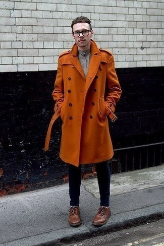 Tobacco Overcoat Outfits: A tobacco overcoat and navy skinny jeans? This is an easy-to-achieve ensemble that you can sport on a daily basis. Add a pair of brown leather brogues to the mix to easily boost the style factor of your look.
