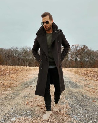 How to wear: dark brown overcoat, charcoal long sleeve t-shirt, black skinny jeans, beige suede chelsea boots