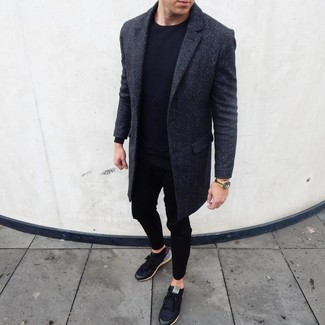 Black Low Top Sneakers Outfits For Men In Their 30s: Combining a charcoal overcoat with black sweatpants is an amazing idea for a casual yet seriously stylish look. Balance out this getup with a more laid-back kind of footwear, like this pair of black low top sneakers. Those who are curious how to wear edgy off-duty looks as you reach your 30s, this getup should answer your question.