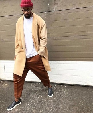 How to wear: yellow overcoat, white sweatshirt, tobacco chinos, black leather slip-on sneakers
