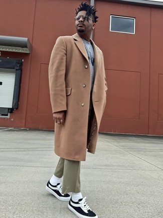 Olive Chinos with Camel Overcoat Outfits: Rock a camel overcoat with olive chinos and you'll create a proper and refined look. For a more laid-back twist, why not add a pair of black and white canvas low top sneakers to the mix?