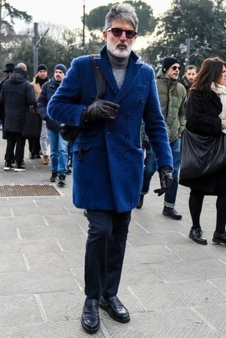 Blue Overcoat Outfits: This smart casual combo of a blue overcoat and navy chinos is very easy to pull together in no time, helping you look dapper and prepared for anything without spending a ton of time rummaging through your wardrobe. You can get a bit experimental on the shoe front and dress up this ensemble by rounding off with a pair of black leather loafers.