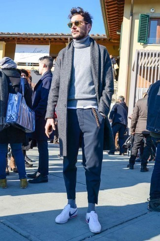 How to Wear a Sweater For Men: Marrying a sweater with navy chinos is a smart pick for a laid-back and cool ensemble. For extra fashion points, introduce a pair of white leather low top sneakers to the equation.