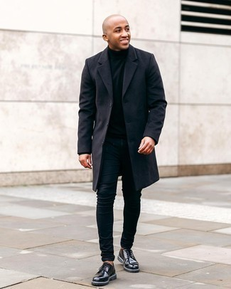 Men's Outfits 2020: Dress in a black overcoat and black skinny jeans to achieve an interesting and current off-duty ensemble. If you want to immediately up the style ante of this ensemble with one single item, complement your look with black leather derby shoes.