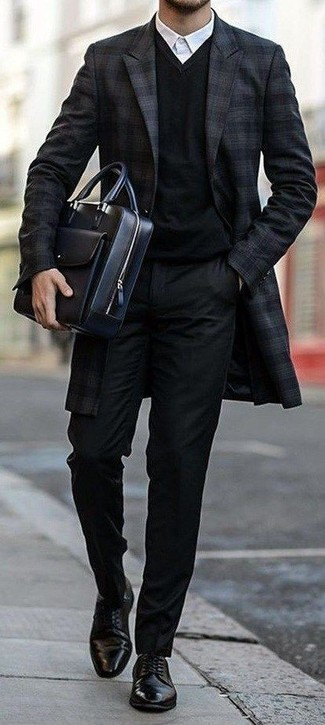 Go for a classic style in a black v-neck sweater and black dress pants. Round off your look with black leather derby shoes. This ensemble is ideal for transitional weather.