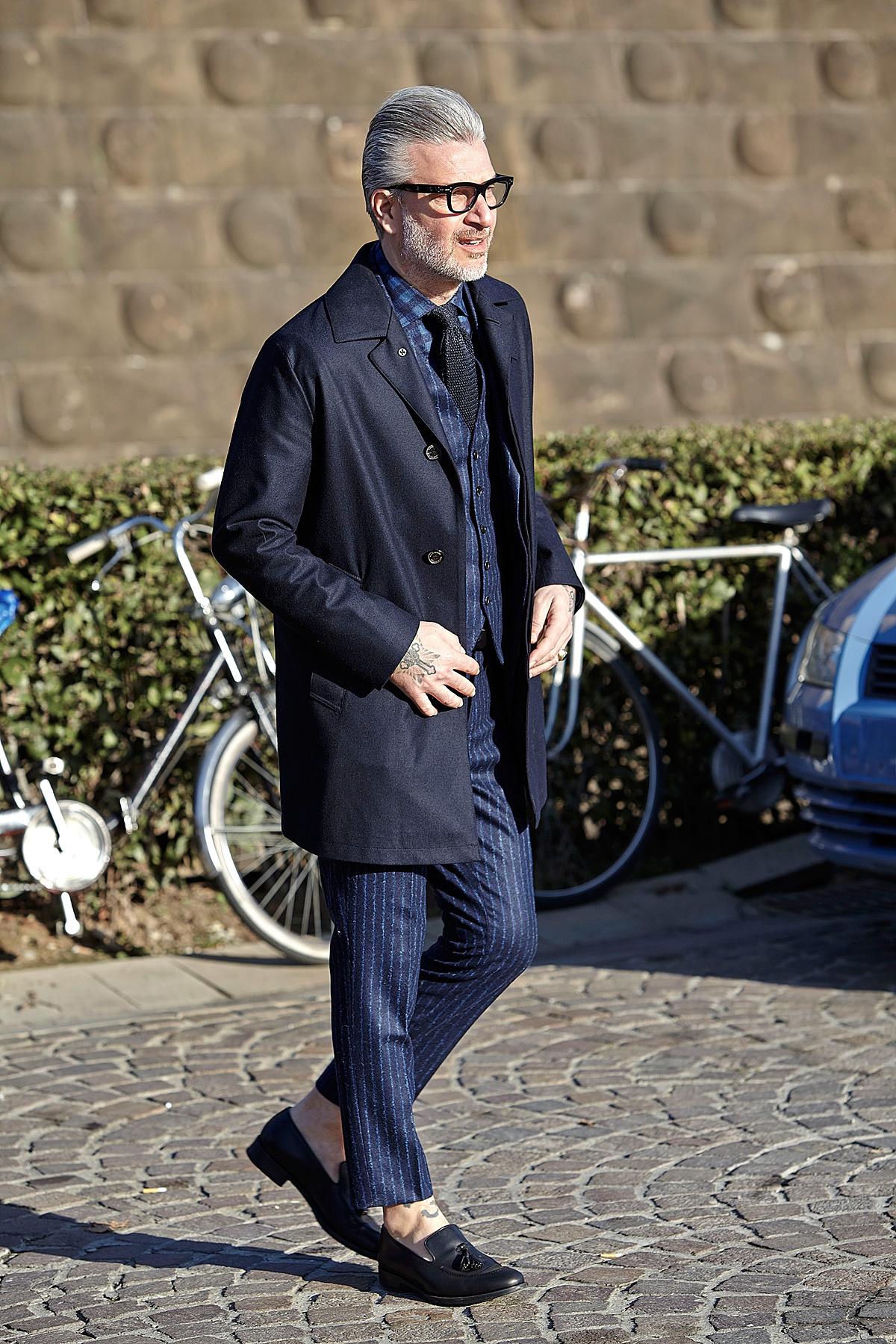 Black dress navy blazer - Wear A Navy Blue Overcoat And Navy Blue Suit Pants Like A True Gent If Navy Plaid Dress Shirt Black