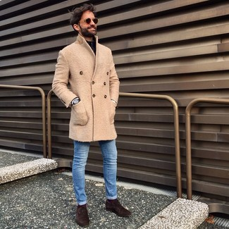 How to wear: beige overcoat, black zip neck sweater, blue skinny jeans, dark brown suede oxford shoes