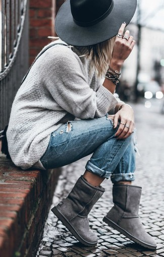 Black Wool Hat Relaxed Outfits For Women: A grey oversized sweater and a black wool hat are the kind of a never-failing off-duty combo that you so terribly need when you have no time to dress up. Our favorite of an infinite number of ways to complete this ensemble is grey uggs.