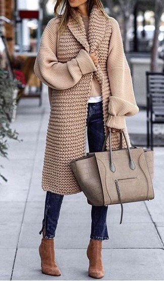 How to wear: beige knit oversized sweater, white crew-neck t-shirt, navy skinny jeans, brown suede ankle boots
