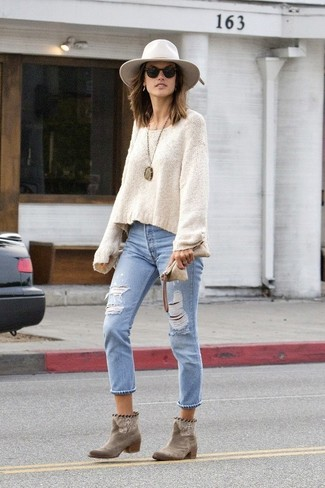 How to wear: beige oversized sweater, light blue ripped jeans, brown suede ankle boots, white wool hat