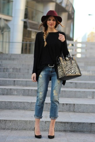 How to wear: black oversized sweater, blue ripped jeans, black suede pumps, beige suede tote bag
