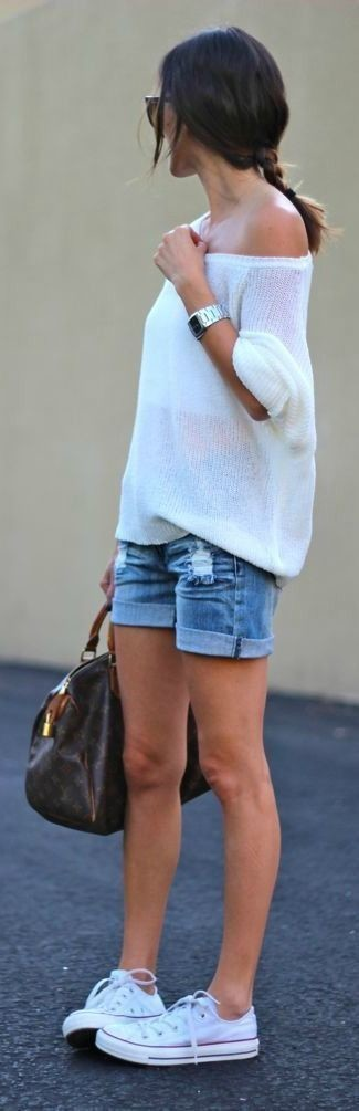How to wear: white oversized sweater, blue denim shorts, white low top sneakers, dark brown print leather duffle bag