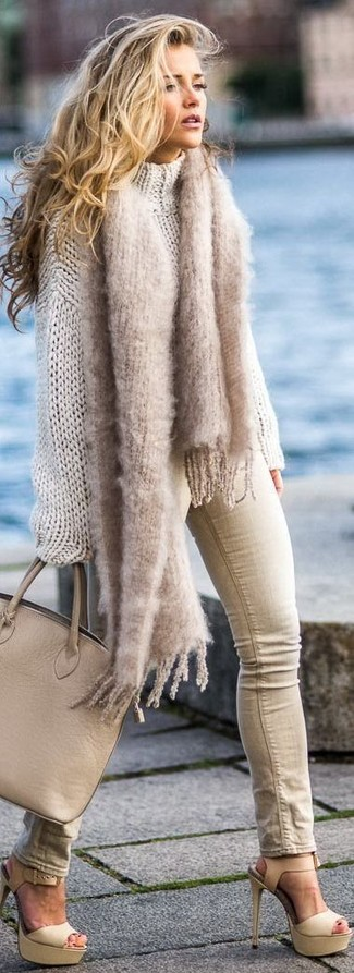 How to Wear Beige Skinny Jeans: A beige knit oversized sweater and beige skinny jeans matched together are such a dreamy ensemble for fashionistas who love casual styles. Avoid looking too casual by rounding off with a pair of beige leather heeled sandals.