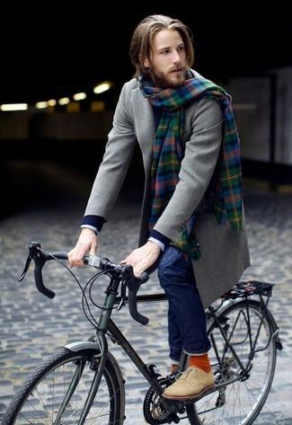 Associer un pardessus gris avec un jean bleu marine est une option judicieux pour une journée au bureau. Pourquoi ne pas ajouter une paire de des bottines chukka en daim beiges à l'ensemble pour une allure plus décontractée?