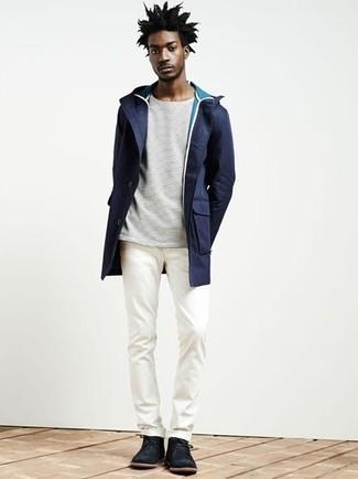 Cómo combinar: parka azul marino, camiseta de manga larga de rayas horizontales blanca, pantalón chino blanco, botas safari de ante negras