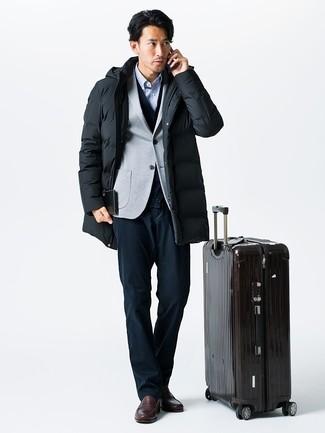 Cómo combinar: parka negra, blazer de punto gris, cárdigan azul marino, camisa de manga larga de rayas verticales celeste