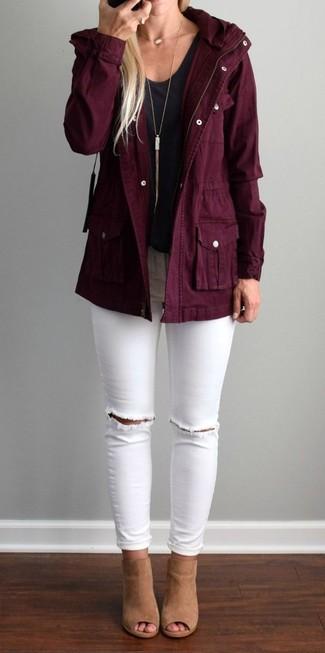 Associe une parka en coton bordeaux avec un jean skinny déchiré blanc pour une tenue relax mais stylée. Ajoute une paire de des mules en daim brunes claires à ton look pour une amélioration instantanée de ton style.