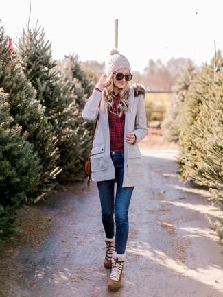 Cómo combinar: parka gris, camisa de vestir de tartán roja, vaqueros pitillo azul marino, botas para la nieve de ante marrónes