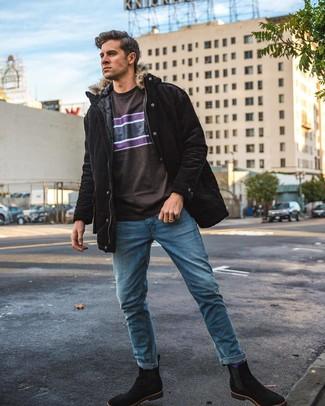 Cómo combinar: parka negra, camiseta con cuello circular estampada en marrón oscuro, vaqueros azules, botines chelsea de ante negros