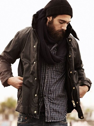 Look de moda: Parka en marrón oscuro, Camiseta con cuello circular en marrón oscuro, Vaqueros en gris oscuro, Gorro en marrón oscuro