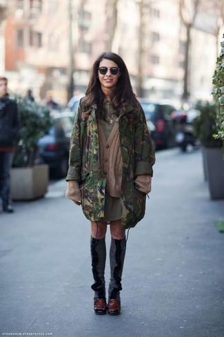 Cómo combinar: parka de camuflaje verde oscuro, cárdigan de punto marrón, vestido camisa verde oliva, zapatos de tacón de cuero burdeos