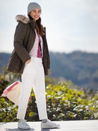 Cómo combinar: parka verde oliva, cazadora de aviador de seda en beige, camiseta con cuello circular roja, pantalón chino blanco