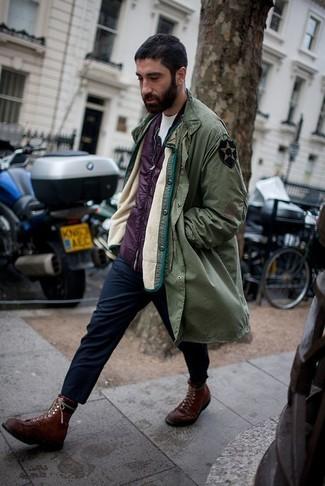 Cómo combinar: parka verde oliva, chaleco de abrigo morado, camiseta con cuello circular blanca, pantalón chino azul marino