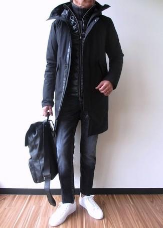 Cómo combinar: parka negra, chaleco de abrigo acolchado negro, jersey de cuello alto de punto azul marino, vaqueros negros