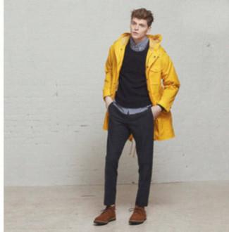 Cómo combinar: parka con cola de pez amarilla, jersey con cuello circular en gris oscuro, camisa de manga larga gris, pantalón de vestir en gris oscuro
