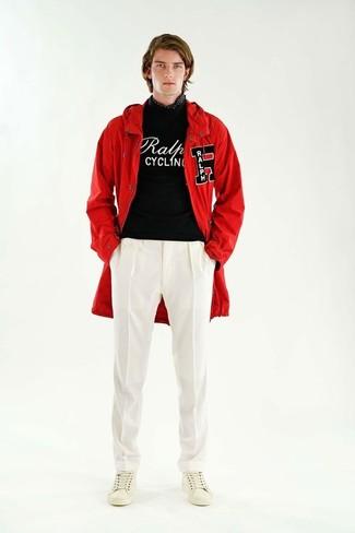 Cómo combinar: parka con cola de pez roja, jersey con cuello circular estampado en negro y blanco, pantalón de vestir blanco, tenis de cuero blancos