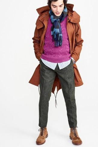 Cómo combinar: parka con cola de pez en tabaco, jersey de ochos morado, camisa de manga larga de rayas verticales celeste, pantalón de vestir de lana en gris oscuro