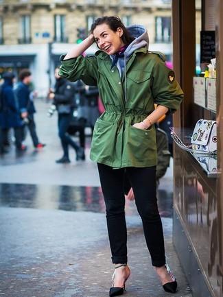 Cómo combinar: parka con cola de pez verde, sudadera con capucha gris, vaqueros negros, zapatos de tacón de satén negros