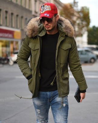 Dress in an olive parka and blue ripped skinny jeans for a laid-back yet fashion-forward outfit. When leaves are falling down and fall is in the air, you'll appreciate how great this look is for awkward fall weather.