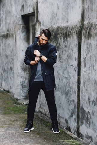 Black Sweatpants Chill Weather Outfits For Men: Try pairing a navy lightweight parka with black sweatpants to be both contemporary and stylish. Consider black and white athletic shoes as the glue that will tie your look together.