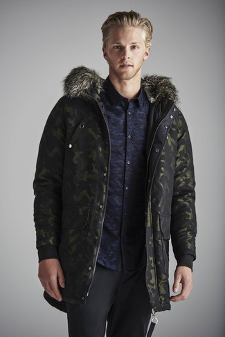 Cómo combinar: parka de camuflaje verde oscuro, camisa de manga larga de camuflaje azul marino, pantalón de vestir de lana negro