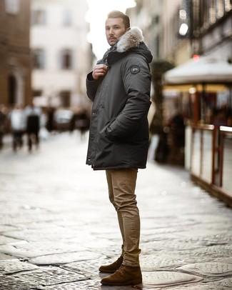 Cómo combinar: parka en gris oscuro, vaqueros pitillo marrón claro, botas casual de ante en marrón oscuro