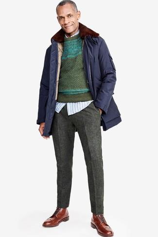 Cómo combinar: parka azul marino, jersey con cuello circular de grecas alpinos verde oscuro, camisa de manga larga de rayas verticales celeste, pantalón de vestir de lana en gris oscuro